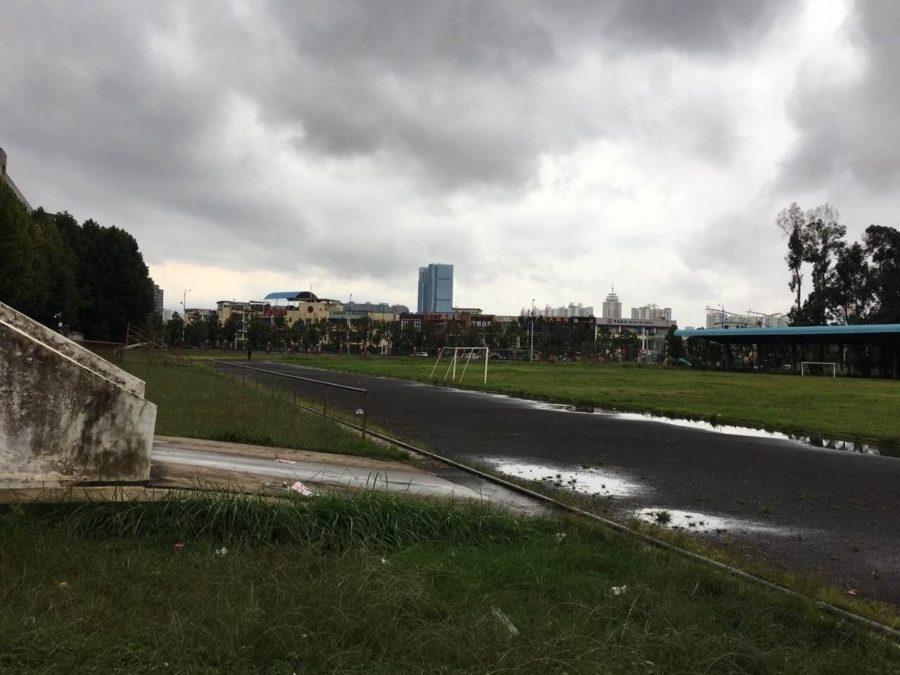 破败的学校足球场