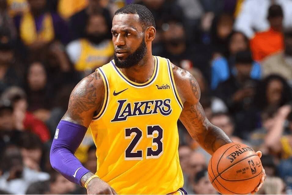 霭眼看篮球